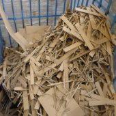 Los restos de cartón son reciclados y reutilizados para hacer más cajas